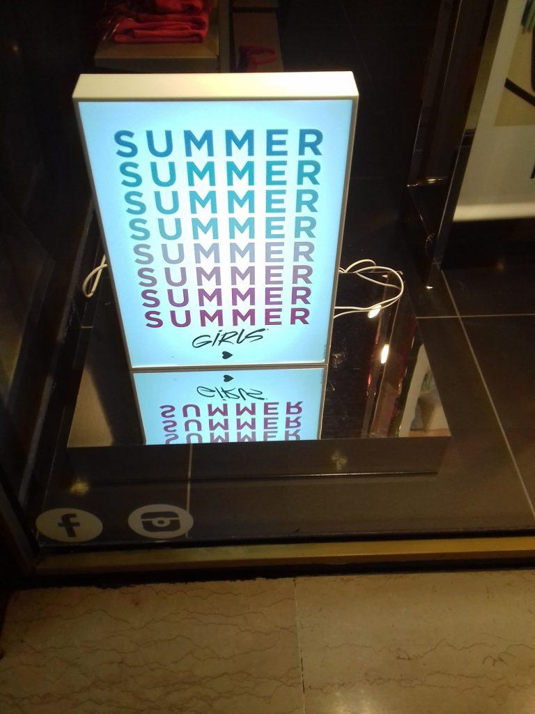 panneau vitrine bourgeois publicite